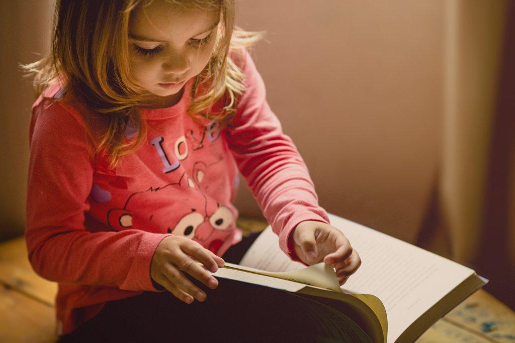 小さい女の子と本